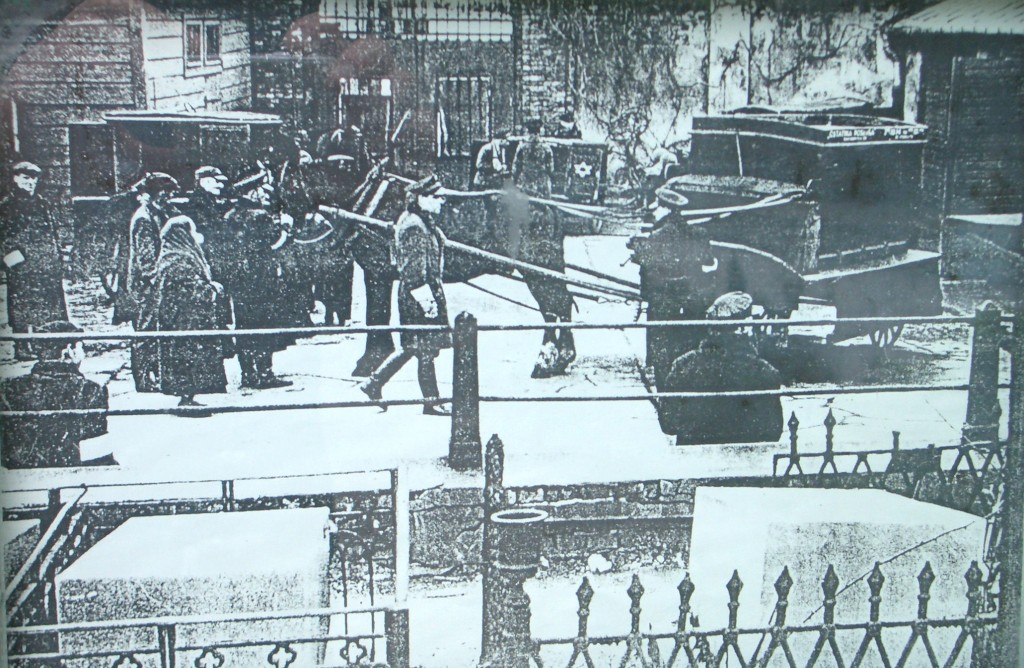 Photo of the gate of the Jewish cemetery during the Warsaw Ghetto 1940 - 1943