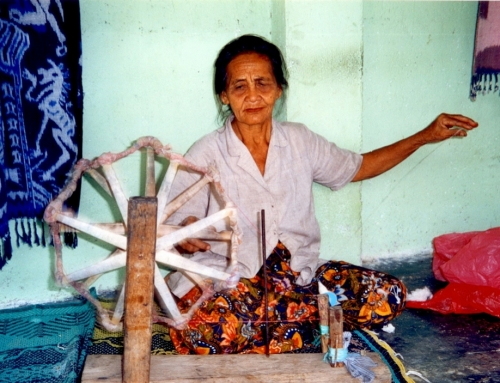 Silent Retro Sunday: Woman weaving in Lombok, Indonesia